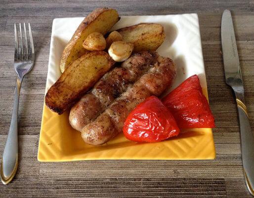 Аппетитные жареные колбаски
