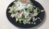 Зеленый салат с соусом.