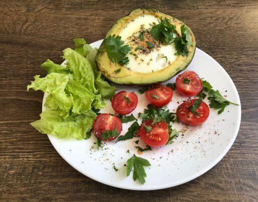 Сытный и полезный завтрак с авокадо