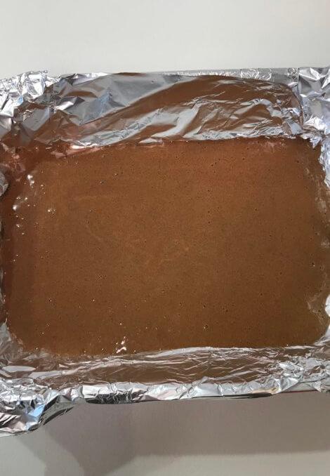 Выливаем тесто в небольшую форму