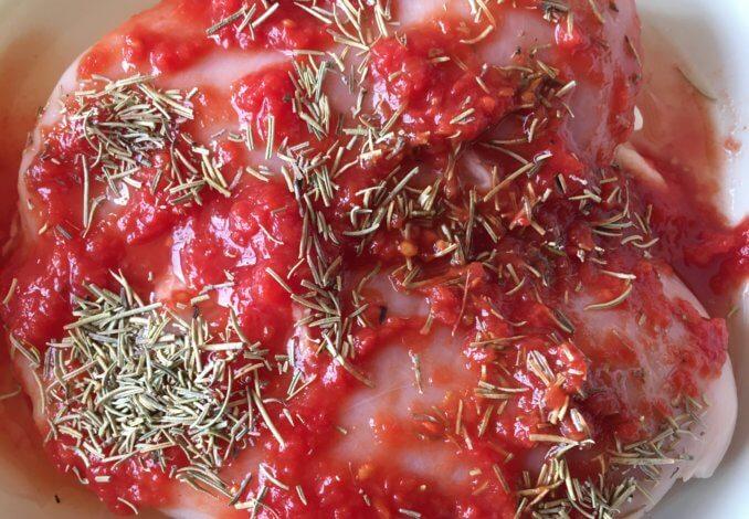 Смазать курятину томатом