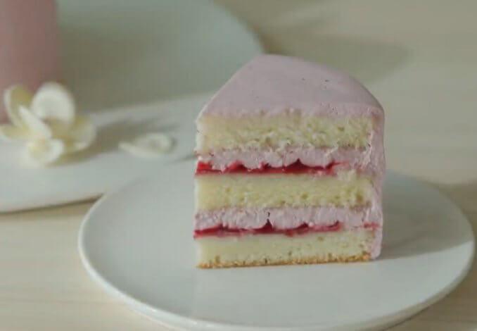 малиновый торт кусочек