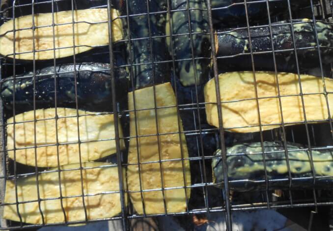 У баклажанов убирают хвостики и нарезают толстыми ломтями