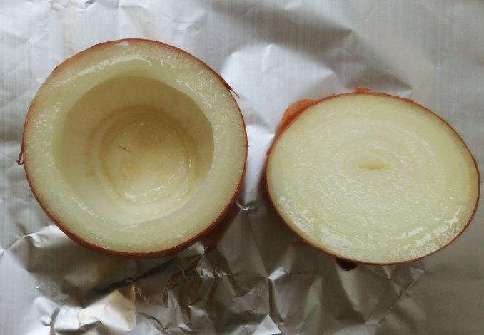 Смазываем луковицы изнутри рафинированным маслом и перемещаем на противень