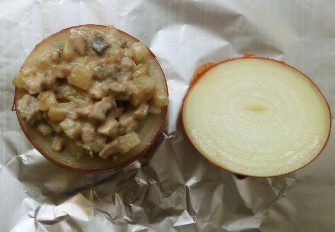 Перекладываем сочную закуску из курицы, грибов и картошки