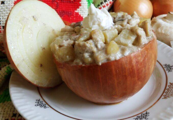 Закуска с курицей и грибами в луковице