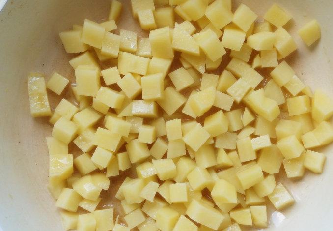 Забрасываем внутрь картофельные кусочки и перемешиваем,