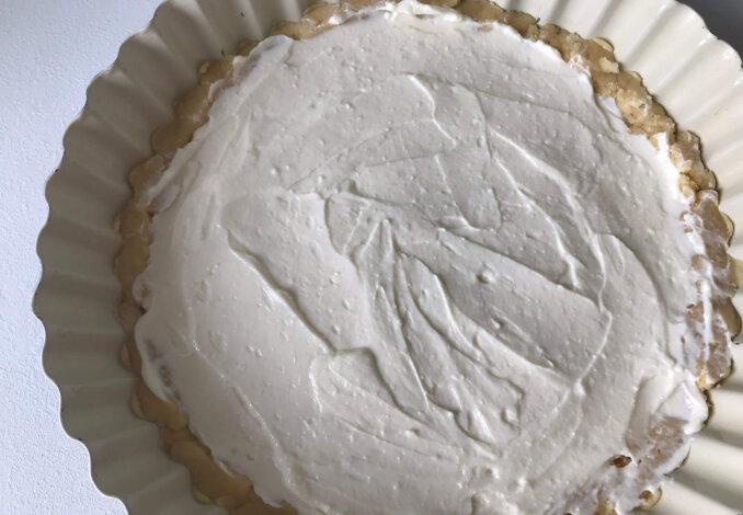 Творожную массу аккуратно распределяем сверху на тесто.