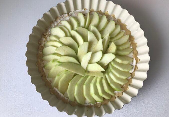 Перекладываем яблоки в форму.